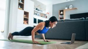 Der Einsatz von Gewichten ist nicht nötig. Auch Übungen, die mit dem Eigengewicht des Körpers arbeiten, reichen aus.