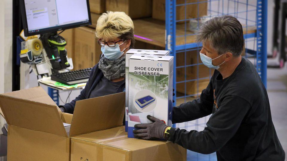 Kittel und Masken: Preisexplosion und Polizei-Eskorte: Lieferanten von Schutzkleidung geraten an ihre Grenzen