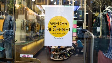 Vorfreude auf die Ladenöffnungen nach der Corona-Zwangspause - gesehen in Hamburg.