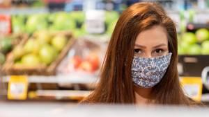 Frau mit Atemschutzmaske in einem Supermarkt