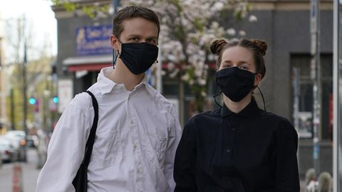 Schwarz-weiß mit passenden Schutzmasken bekleidet, so übersteht man die Coronavirus-Krise