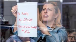 Laden-Inhaberin hängt Hinweis auf Öffnung am Montag auf