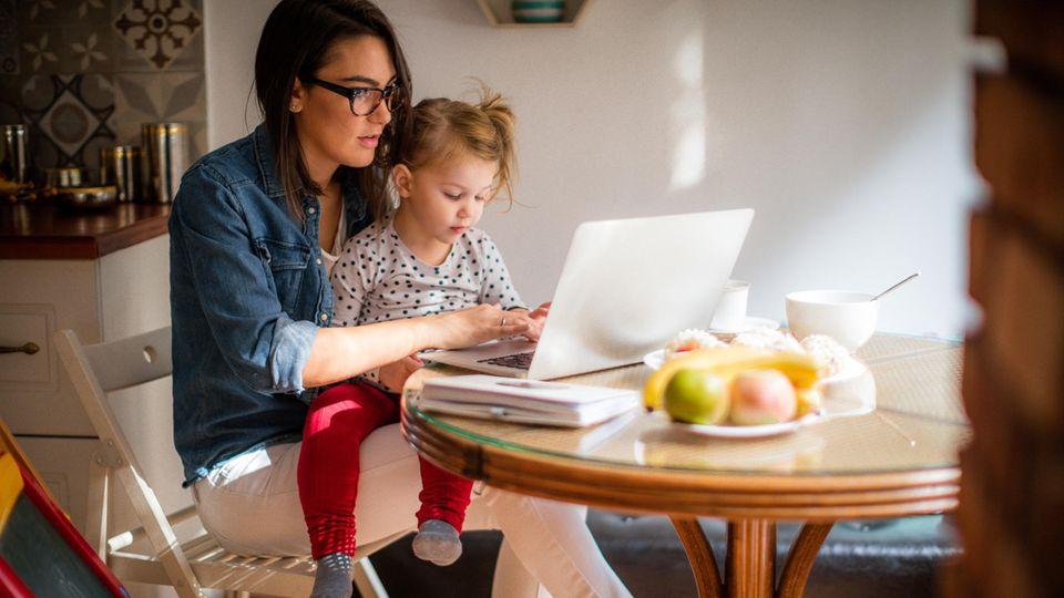 Frauen schultern viel der Arbeit im Haushalt und mit den Kindern - dazu kommt noch die Arbeit im Homeoffice.