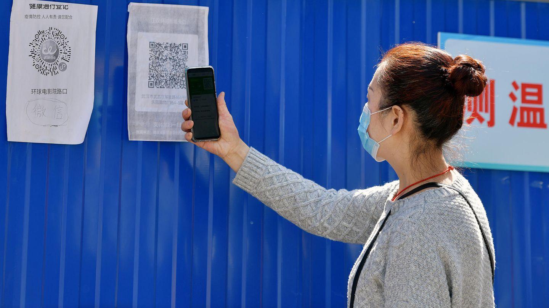 Eine Anwohnerin scannt einen Gesundheits-QR-Code am Eingang zu ihrer Gemeinde im Stadtbezirk Wuchang