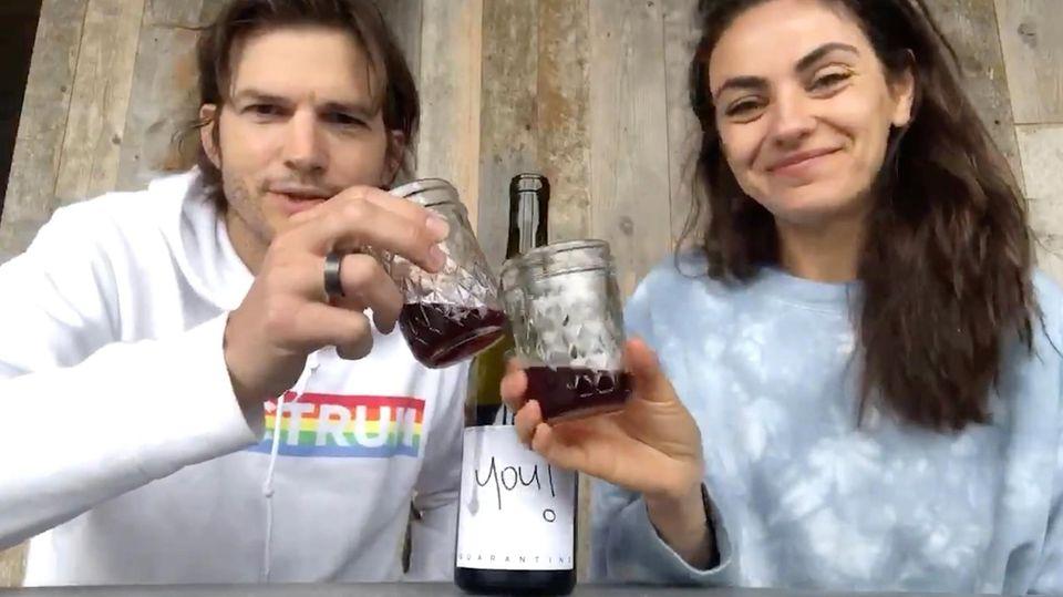 Ashton Kutscher und Mila Kunis trinken Wein für den guten Zweck