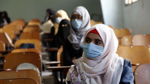 Frauen mit Mundschutzmasken