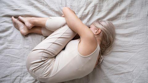 Nächtliche Wadenkrämpfe bedeuten für die Betroffenen nicht nur kaum Schlaf, sondern auch Ängst und soziale Isolation.