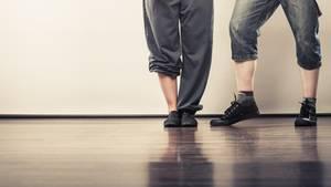 Zwei Tänzer stehen nebeneinander