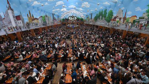 Bierbänke auf dem Oktoberfest in München