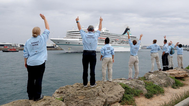 """Mitarbeiterdes Australian Medical Assistance Teams (AUSMAT), die mit den Passagieren und der Besatzung des Kreuzfahrtschiffes """"MS Artania"""" gearbeitet haben, winken zum Abschied, als das Schiff den Hafen von Fremantle verlässt."""