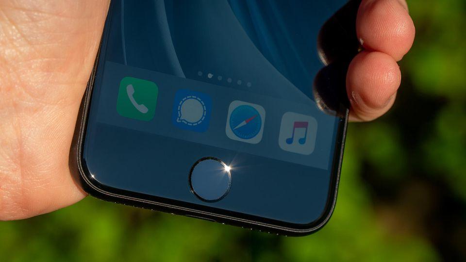 Die einen freuen sich über seine Rückkehr, die anderen halten ihn für antiquiert: Der Home-Button ist beim iPhone SE zurück.