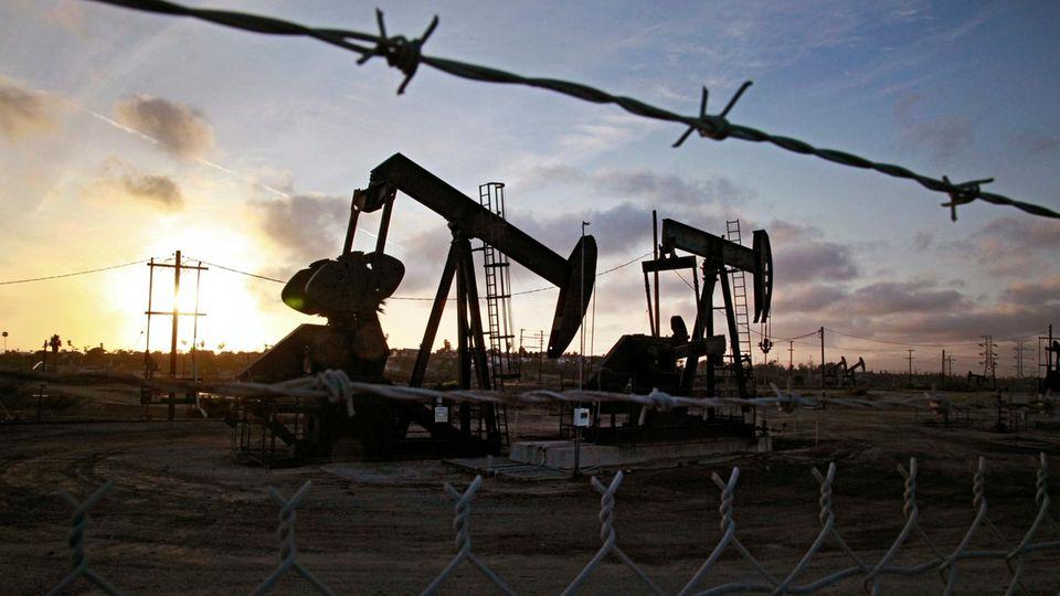 USA, Los Angeles: Die Sonne geht jenseits der auf den Ölfeldern von Inglewood operierenden Tiefpumpen unter.Der Preis für US-Öl waram Dienstag ins Minus gerutscht.