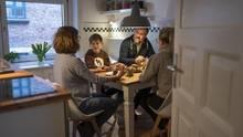 Die Familie am Küchentisch