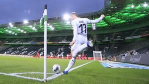 Fußballspieler schießt eine Ecke