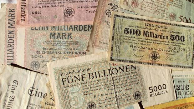 Reichsmarkscheine mit eingetragenen Werten von bis zu 5 Billionen