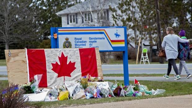 Vor derRoyal Canadian Mounted Police in Enfield haben trauernde eine provisorische Gedenkstätte errichtet