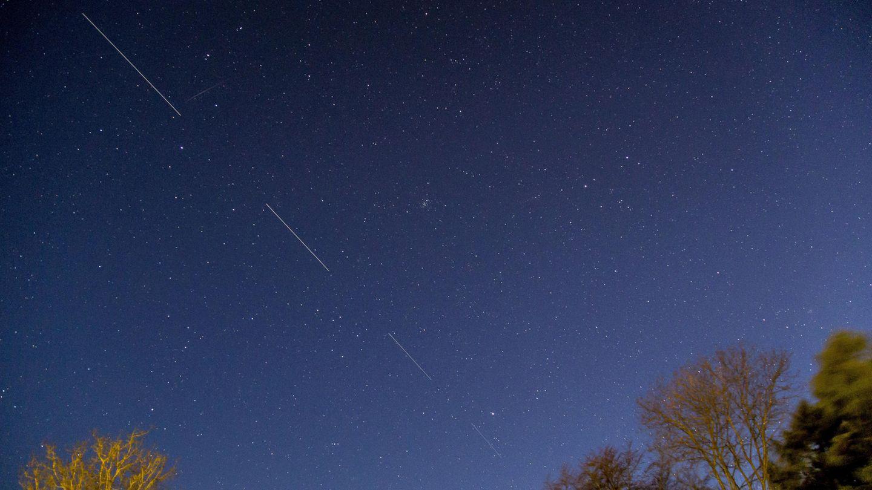 Himmels-Phänomen: Eng hintereinander fliegende Satelliten mit Langzeitbelichtung fotografiert