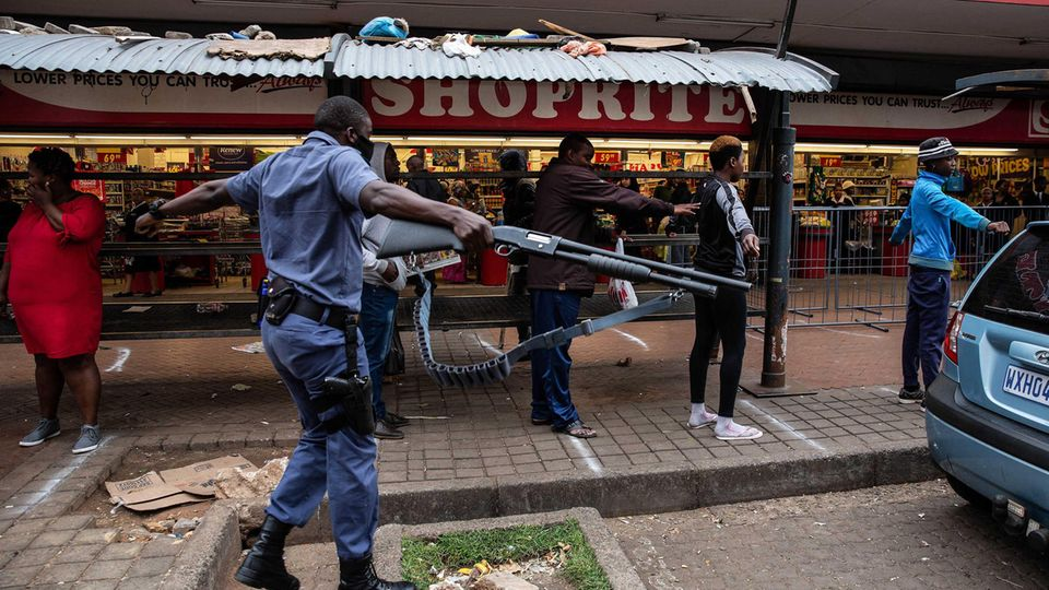 Ein Polizist in der Supermarktschlange