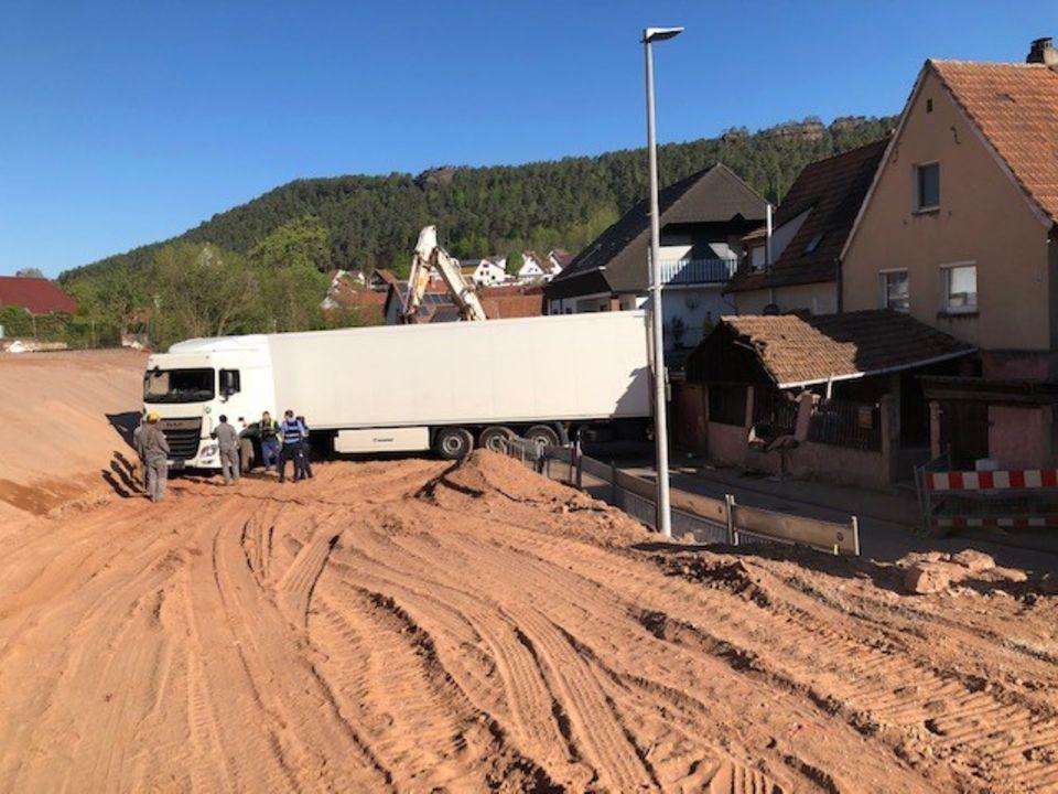 Sattelzug fährt sich auf Baustelle fest