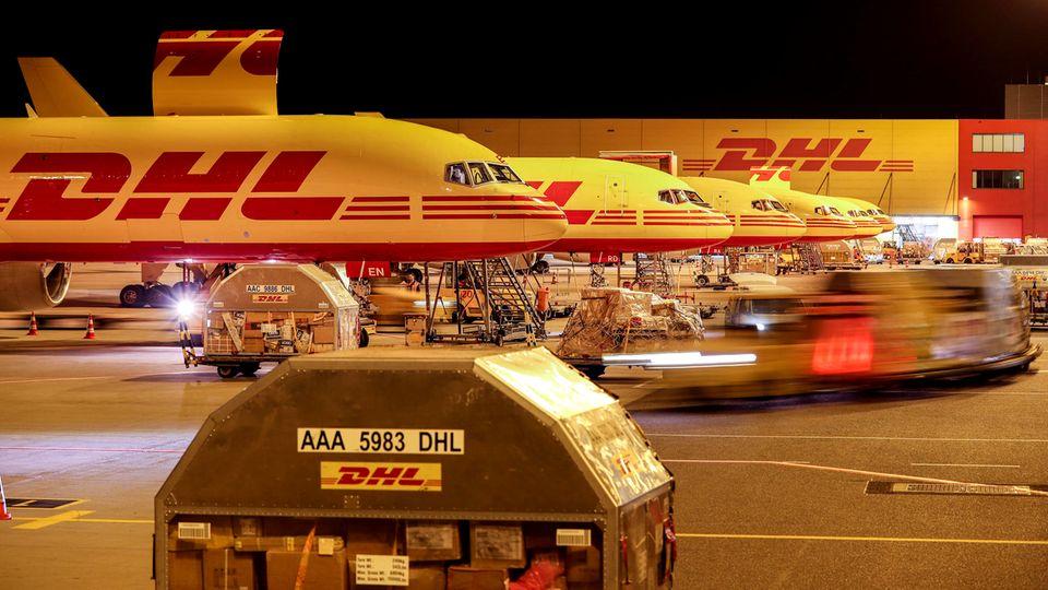 Nachts herrscht in Leipzig-Halle beim DHL-Hub Hochbetrieb: Bis zu 70 Frachtflieger werde be- und entladen.