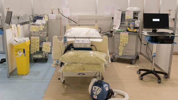 Ein Patientenbett im Feldlazarett im Londoner Excle-Centre