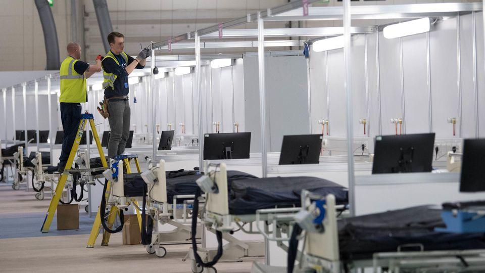 Arbeiter werkeln im Feldlazarett in einem Londoner Messezentrum