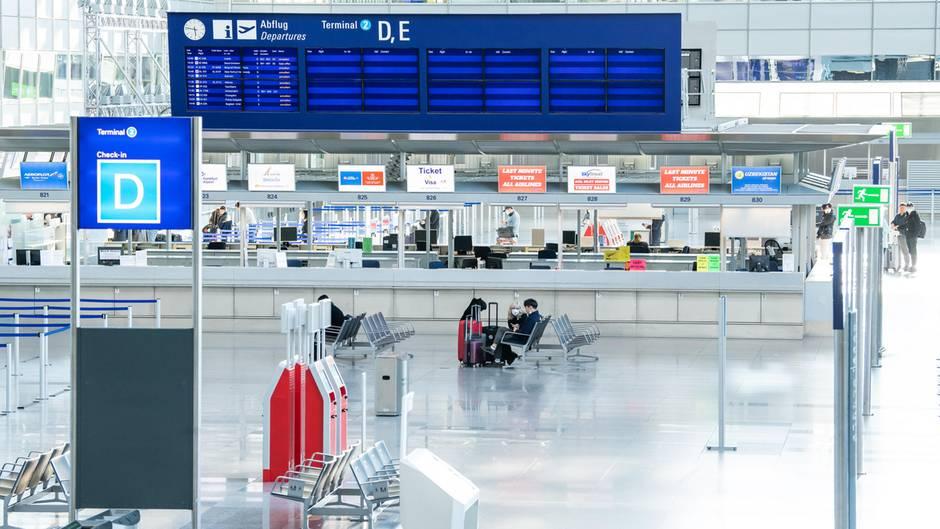 Leere Anzeigetafeln für Abflüge: Nur vereinzelt sind noch Reisende am Terminal 2 des Flughafen Frankfurt unterwegs. Im Juli 2019 zählte Fraport noch durchschnittlich 230.000 Passagiere pro Tag.