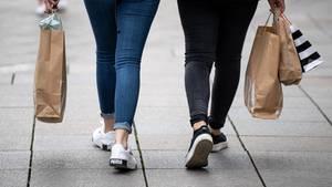 Zwei Frauen gehen mit Einkaufstüten durch die Innenstadt (Archivfoto)