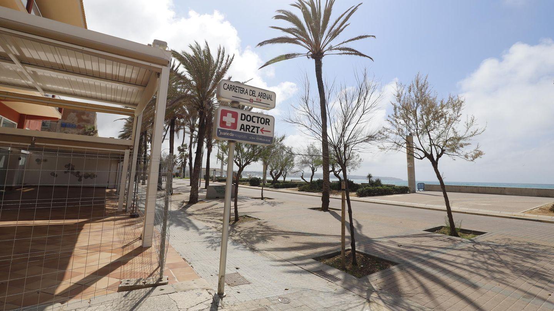 Die menschenleeren Strandpromenade des Strandes in S'Arenal