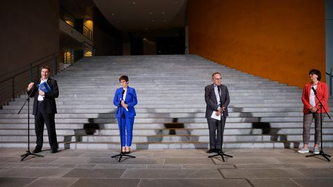 Die Spitzen von Union und SPD wollen das Kurzarbeitergeld für besonders von der Corona-Krise betroffene Arbeitnehmer anheben.