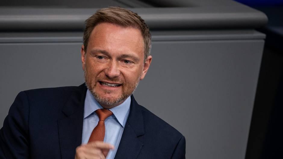 FDP-Politiker Christian Lindner gestikulitert, während er im Bundestag eine Rede hält