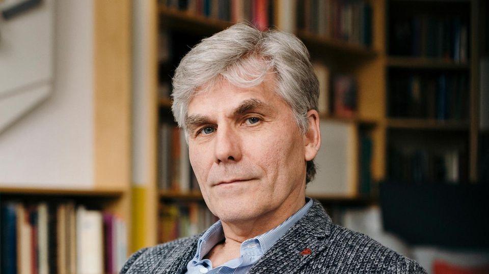 VOE STERN CRIME 8/2020 AUSGABE 30 Prof. Dr. Torsten Passie posiert an seinem Schreibtisch für ein Portrait. Aufgenommen am 04.03.2020 in Hannover.