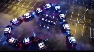 Streifenwagen in Florida formen ein Herz für Corona-Helfer des örtlichen Krankenhauses