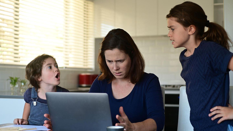 Corona aktuell: Mutter mit zwei Kindern beim Arbeiten
