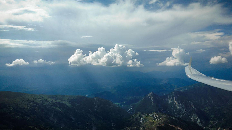 Gewitter im Anmarsch  Auf Augenhöhe mit mächtigen Cumulonimbus-Gewitterwolken, nahe Gap, derHauptstadt des französischen Départements Hautes-Alpes.Dasnach oben gebogene Ende des Flügels ist ein sogenannter Winglet, der den Luftwiderstand verringert und so das Segelflugzeug über noch weitere Strecken durch die Luft gleiten lässt. Seit einigen Jahren werden auch Airliner damit ausgerüstet, um Treibstoff zu sparen.