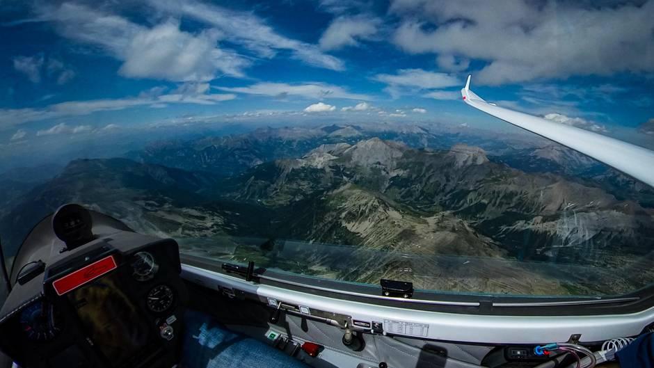 Unverbaute Aussichten  In keinem anderen Flugzeugtyp ist das Erlebnis des Fliegens so unmittelbar wie in einem Segelflugzeug: Der Pilot sitzt vor den Flügelnunter einer Glashaube und das einzige Geräusch ist das Rauschen des Fahrtwindes.3500 Meter über demPic de Bur in den Französischen Alpen mitBlick auf denentfernten Mont Blanc. In dieser Höhe geht es ohne zusätzlichen Sauerstoff nicht mehr. Die durchsichtigen Plastikschläuche unten rechts im Bild leiten Sauerstoff direkt in dieNase des Piloten.