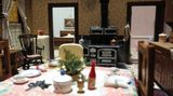 Three-Room Dwelling: Während Lee an ihren makaberen Puppenhäusern arbeitete, tobten die Schlachten des Zweiten Weltkriegs.