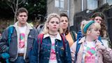 """Derry Girls  Zu den weniger bekannten Teenie-Serien in dieser Liste gehört definitiv """"Derry Girls"""". Bislang wurden bei Netflix erst zwei Staffeln veröffentlicht, eine dritte ist allerdings in Arbeit. Die """"Derry Girls"""" sind eine Gruppe junger Mädchen in Derry, Nordirland, in den Neunzigerjahren. Die frühen 90er in Nordirland waren gezeichnet vom brutalen Konflikt der protestantischen und katholischen Interessenvertretern. Erin und ihren Freundinnen geht es in """"Derry Girls"""" aber um andere Dinge: Jungs, die anstrengenden Eltern und die Freundinnen. Eine Coming-of-Age-Serie, die viel mehr Beachtung verdient und die vor allem wegen ihres schrägen, irischen Humors glänzt. (Netflix)"""