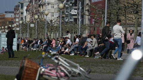 Menschenmassen am Düsseldorfer Rheinufer