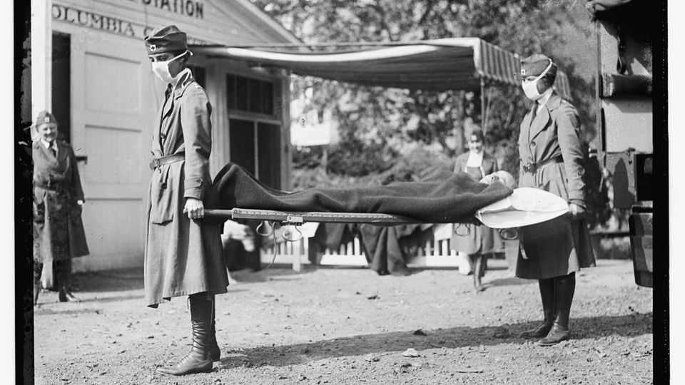 Zwei Krankenschwestern des US-amerikanischen Roten Kreuzes bei einer Übung der Notfallambulanz