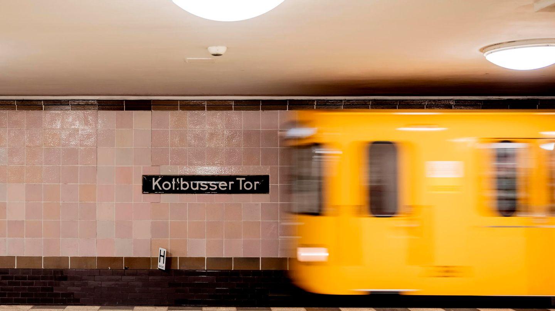 Gelbe U-Bahn fährt an der Station Kottbusser Tor in Berlin ein