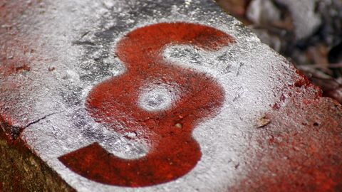 Paragraphenzeichen auf Stein