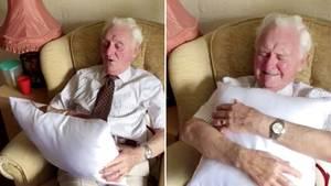 Ein bedrucktes Kissen rührt einen alten Herren zu Tränen.