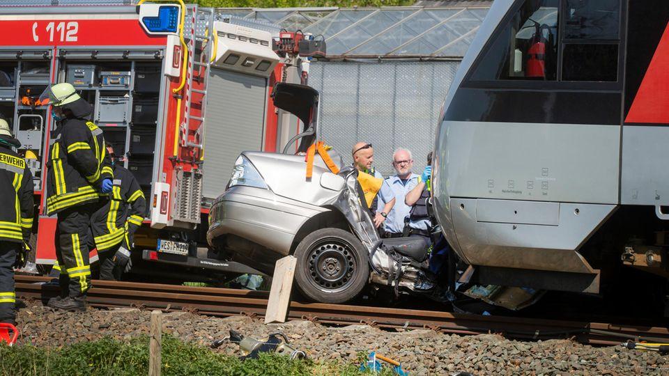 Nachrichten aus Deutschland: Zerstörtes Auto liegt vor einem Zug