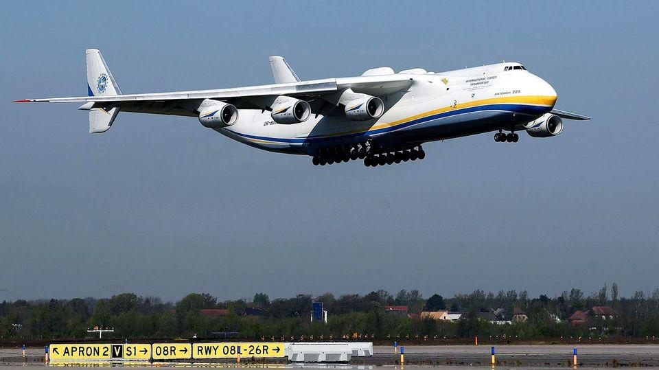 Bild 1 von 13der Fotostrecke zum Klicken: Im Landanflug auf den Flughafen Leipzig-Halle, die Antonow An-225
