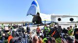 Umringt von der Presse - ohne jeglichen Sicherheitsabstand:Bundesverteidigungsministerin Annegret Kramp-Karrenbauer ist eigens angereist, um das weltgrößteFrachtflugzeug zu begrüßen.