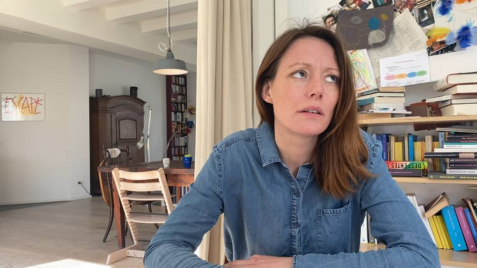 """Szene aus """"Drinnen - Im Internet sind alle gleich"""": Charlotte (Lavinia Wilson) arbeitet im Home Office an einer Präsentation."""