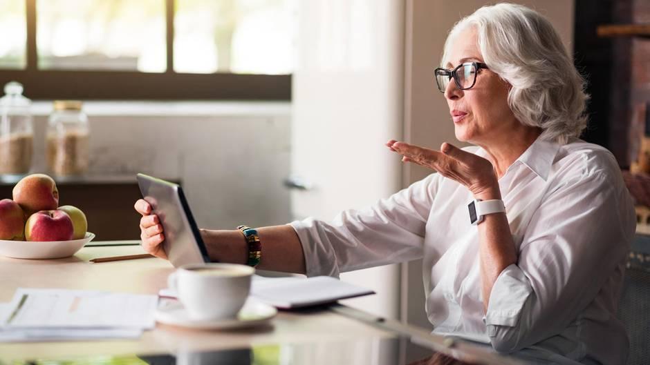 Viele Senioren gehen problemlos mit Technik um - andere brauchen Einstiegshilfe (Symbolbild)