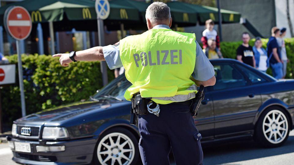 Ein Polizist winkt einen Autofahrer aus dem Verkehr. Ab Dienstag sorgt ein neuer Bußgeldkatalog für neue Regeln und härtere Strafen