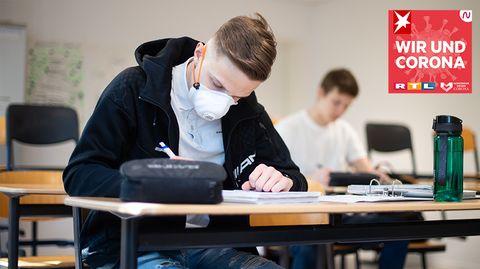 Schüler mit Mundschutz schreibt Abitur